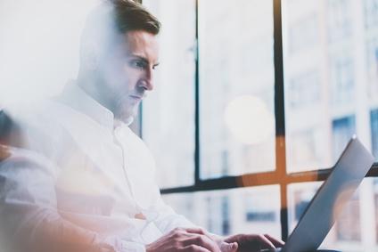 Mann mit Online Aktiendepot